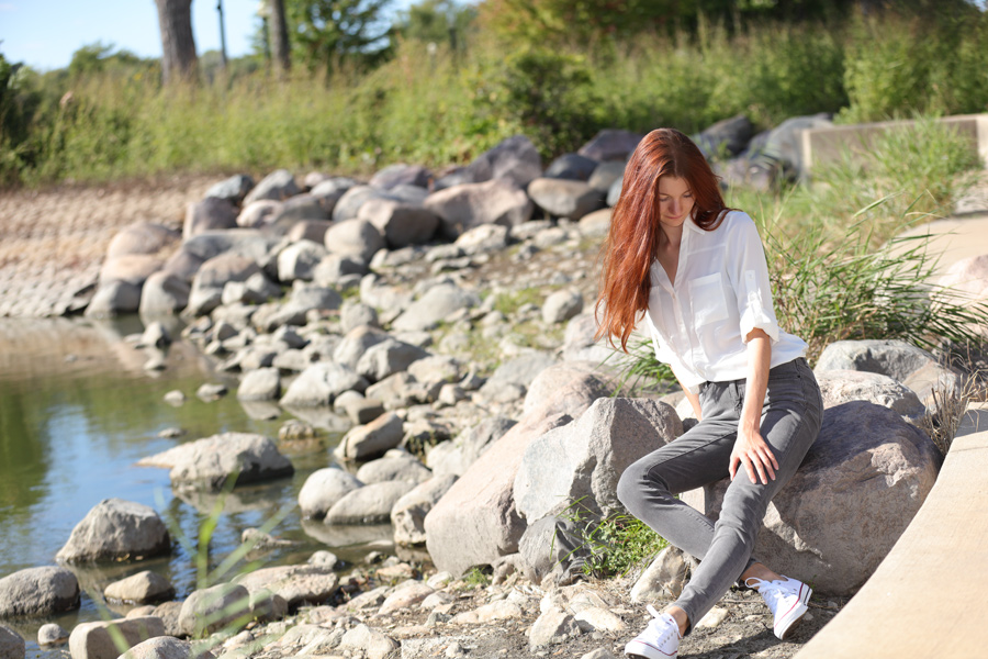 Natalie Soul Life Style Blog. Fall walk Outfit. Armani Exchange grey skinny jeans and Express white shirt.